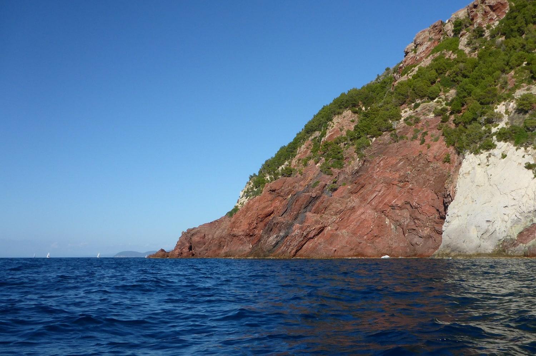 Felsen an der Nordkueste Elbas