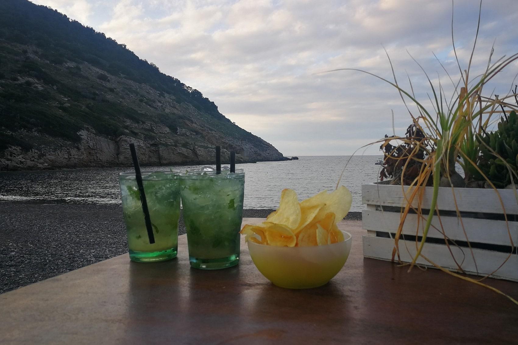 Mojito am Strand von Nisporto