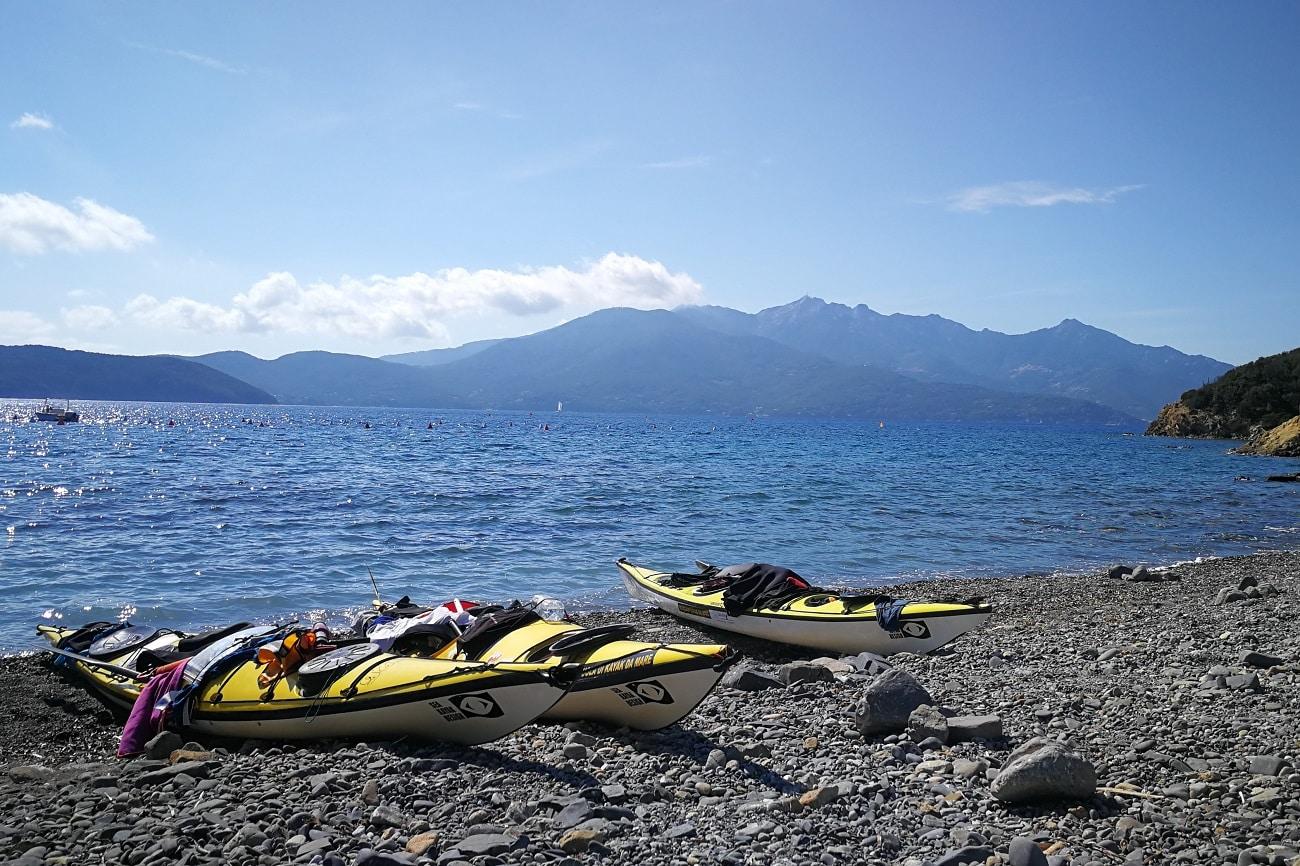 Seekajak Elba am Strand von Enfola
